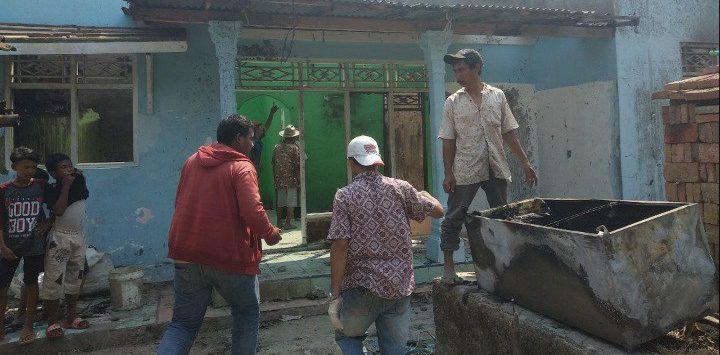 Sejumlah warga tampak membantu membersihkan puing-puing rumah yang hangus terbakar. Alwi/Pojokjabar.com