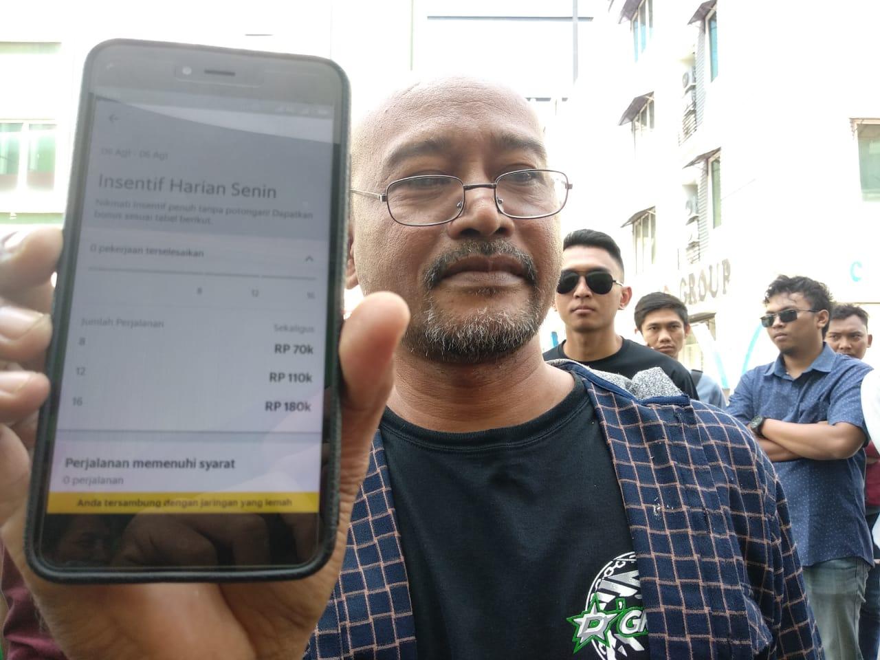 Dedi, koordinator Grab, saat menunjukan intensif yang turun kepada Pojokjabar.com. foto: Alwi