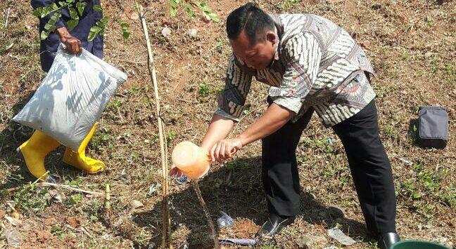 PT. SPV tanam pohon di sepanjang pinggiran Sungai Citarum./Foto: Ade