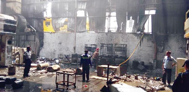 LUDES: Bahan baku dan bangunan pabrik plastik PT Ilupa di Jalan Raya Bungursari, Desa Sukawangi, Kecamatan Bungursari, hangus terbakar, Kamis (9/8/18). Gani/Radar Karawang