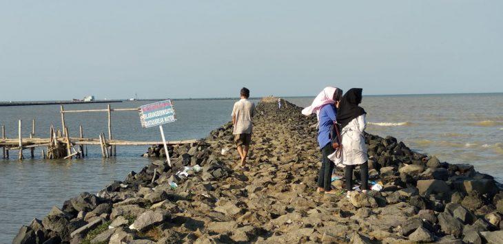 Pantai Kejawanan, Kota Cirebon. Di perairan ini BMKG juga mengimbau agar nelayan memerhatikan kecepatan angin yang berhembus kencang. Foto: Alwi