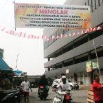 MENOLAK: Pedagangn Pasar Cisalak menolak rencana pemagaran area pasar tersebut. Irwan/Radar Depok