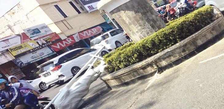 ROBOH: Patung egrang tergeletak di atas aspal. Patung ini roboh secara tiba-tiba, Minggu (5/8) kemarin. Padahal, cuaca sedang cerah. Diduga, robohnya patung ini karena konstruksinya tidak kuat. Sebelumnya, patung Semar juga mengalami kejadian serupa.
