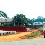 BELUM SELESAI: Tampak terlihat bangunan yang masih tersisa di tengah proyek jalan Tol Cijago Seksi II di kawasan Kelurahan Kukusan, Kecamatan Beji, kamis (30/8/18). AHMAD FACHRY.RADAR DEPOK