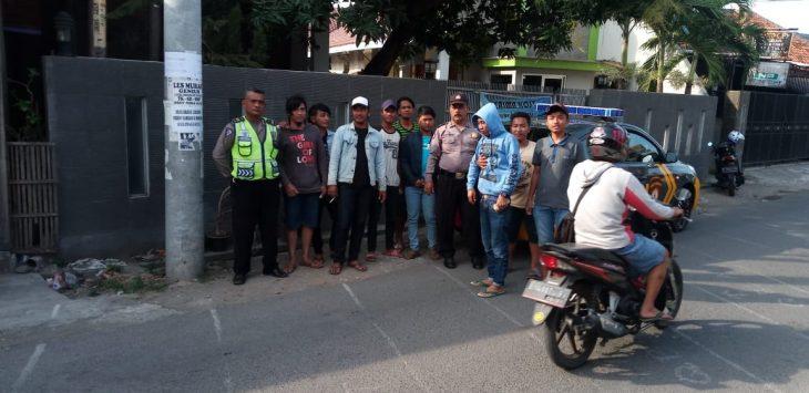 Petugas kepolisian saat mengamankan 15 pemuda yang menggalang dana tanpa ijin dan mengganggu pengguna jalan di Jalan Cideng, Kedawung, Cirebon. Foto: Alwi