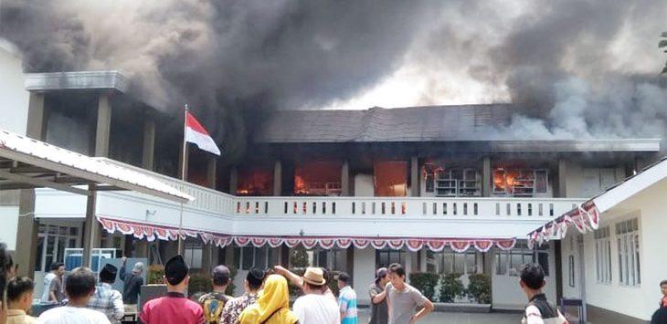 TERBAKAR: Kobaran api melumat gedung Pondok Pesantren Assa'adah, di Jalan Rawa Indah, Kelurahan Bojong Pondok Terong, Kecamatan Cipayung, kemarin (9/8). Akibat kejadian tersebut ratusan santri harus di evakuasi ke tempat yang lebih aman. Ahmad Fachry/Radar Depok