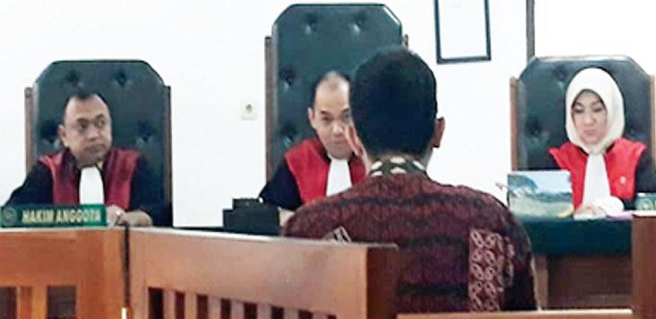 SIDANG VONIS: Kemarin, Ilham Sinna Tanjung (30) memenuhi panggilan sidang, di Pengadilan Negeri (PN) Depok. Akibat perbuatannya Ilham divonis satu tahun penjara setelah terbukti secara hukum meremas payudara RAF. RUBIAKTO/Radar Depok