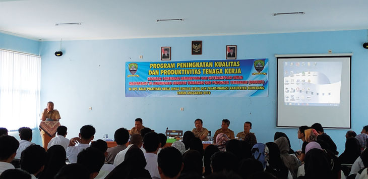 ARAHAN: Pj. Bupati Sumedang, Sumarwan Hadisoemarto saat memberikan arahan kepada para peserta pelatihan kerja DBHCHT di Aula UPT BLK Sumedang, Senin (6/8/18). Panji / Radar Sumedang