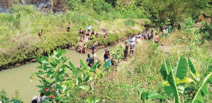 PENCARIAN : Puluhan warga, TNI dan Polri saat melakukan pencarian Leo, di Sungai Cipeles, tepatnya di Leuwi Cipaku, Lingkungan Talun Kidul Kelurahan Talun, Sabtu (4/8). AGUN GUNAWAN/RADAR SUMEDANG