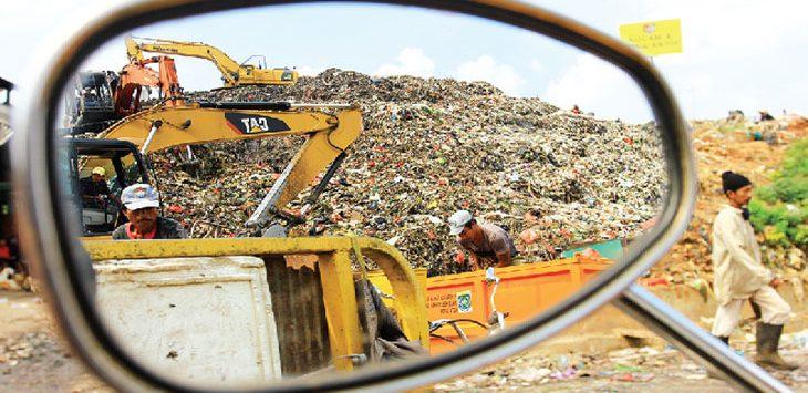 AKAN DITERAPKAN: Pekerja saat beraktifitas di TPA Cipayung, Kecamatan Cipayung. Dinas Kebersihan dan Lingkungan Hidup (DKLH) Kota Depok akan melakukan rekapitalisasi Tempat Pembuangan Akhir (TPA) Cipayung dalam waktu dekat ini. Ahmad Fachry/Radar Depok