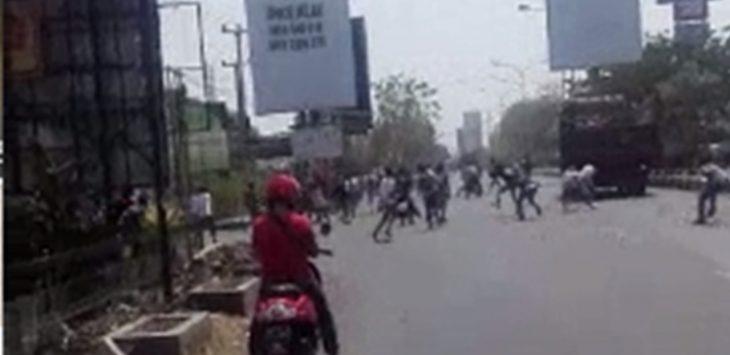 Tawuran di Pertigaan Jalan Perjuangan di Cirebon./Foto: Alwi