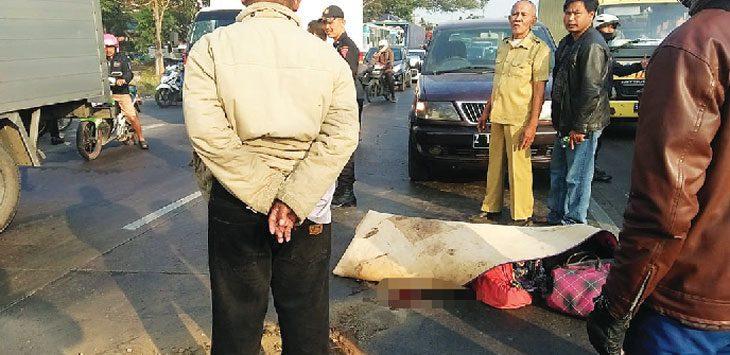 LAKA: Situasi tempat kejadian laka lantas di Jalan Raya Bandung-Garut Desa Cipacing Kecamatan Jatinangor, yang mengakibatkan seorang wanita tewas, Kamis (9/8). TOHA HAMDANI/RADAR SUMEDANG