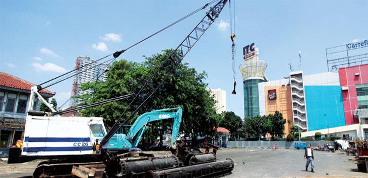 PEMBANGU NAN AKAN DIMULAI: Suasana kawasan yang akan dibangun Terminal Terpadu Kota Depok, kemarin. Adanya alat berat di tempat itu, menandakan pembangunan proyek tersebut akan segera dimulai. Ahmad Fachry/Radar Depok