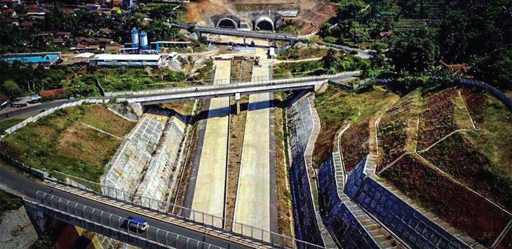 KEBUT: Foto aerial proyek pembangunan infrastruktur nasional jalan Tol Cileunyi-Sumedang-Dawuan (Cisumdawu) di kawasan Rancakalong, Sumedang, Jawa Barat.