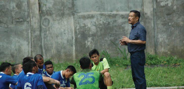 ARAHAN: Manajer Persib Umuh Muchtar saat memberikan arahan kepada tim Persib beberapa waktu lalu. Dok