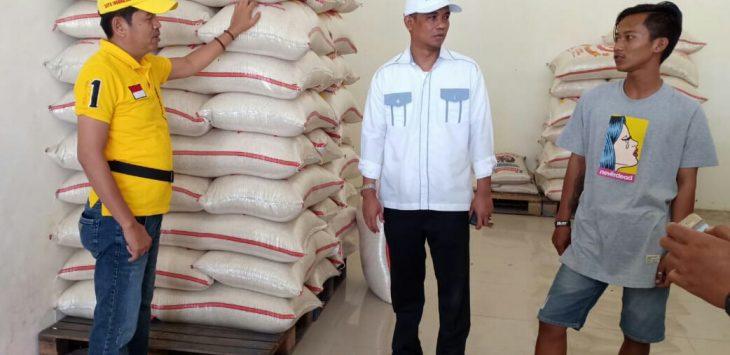 Wakil Bupati Terpilih  Aming (Baju Putih) saat bersama ketua DPD Golkar Jabar (Dedi Mulyadi) saat sedang mempersiapkan Beras untuk Bantuan Kemanusiaan ke Lombok./Foto: Ade