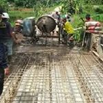 FOKUS INFRASTRUKTUR: Kepala desa Gelaranyar Jenal turun langsung bersama warga dalam pembangunan jalan desa.