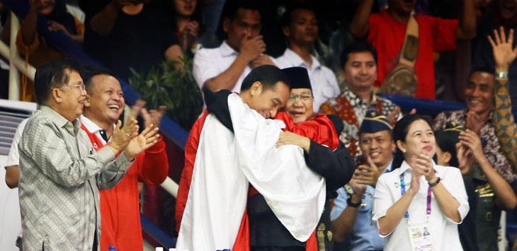 Momen saat Jokowi, Prabowo dan pesilat Hanifan berpelukan.