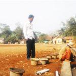 DIPERBAIKI: Staf Desa Tanjungsari saat mengecek Lapang Tanjungsari yang sedang diperbaiki, menggunakan Dana Desa dan Bantuan Provinsi.