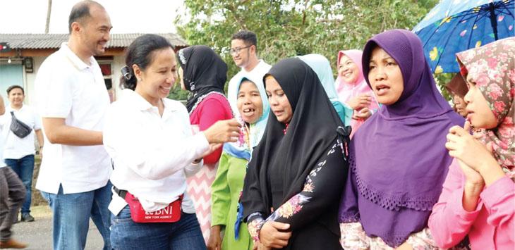 AKRAB: Menteri Badan Usaha Milik Negara (BUMN) Rini Soemarno pada saat berada di tengah-tengah masyarakat Sukabumi.
