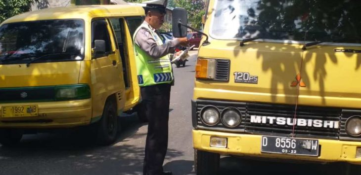 Polisi memeriksa sejumlah truk kelengkapan surat dan muatan truk yang melintas di Jalan Sindang Laut, Lemahabang, Kabupaten Cirebon, Senin (06/08/2018). Foto: crd