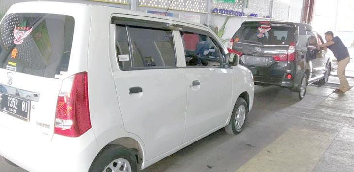 PELAYANAN: Tim penguji kendaraan UPT PKB Dinas Perhubungan Kota Sukabumi saat memeriksa kendaraan.