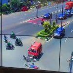 Brak! Angkot Tabrak 2 Pemotor di Jalan Ahmad Yani