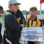 Wakil Bupati Bekasi berikan penghargaan kepada atlet Popda. Foto : Humas Pemkab Bekasi for Pojoksatu