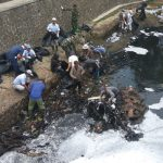 PENCEMARAN : Air sungai Cisangkan yang merupakan aliran sungai Citarum berwarna hitam akibat pembuangan limbah B3 Direksi PT Nisshinbo. WHISNU PRADANA/RADAR BANDUNG
