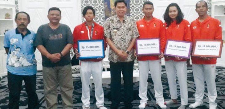 SUMRINGAH : Atlet dan pelatih dayung asal Purwakarta terlihat sumringah saat mendapat bonus dari Pemda Purwakarta. Gani/Radar Depok