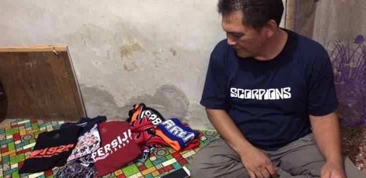Ayah Almarhum Haringga Sirla saat menunjukkan koleksi anaknya./Foto: jpc