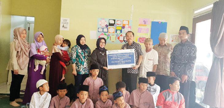 FOTO BERSAMA: Kepala BPJS Kesehatan Cabang Bandung, Herman Dinata Mihardja saat berfoto bersama dengan anak yatim piatu di Yayasan PSAA Roudhotul Jannah. Ist