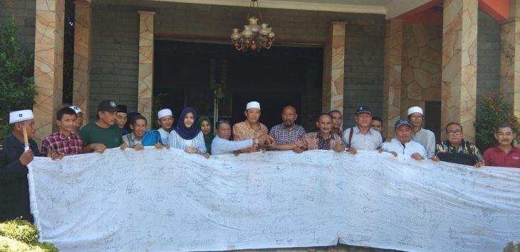 Kalangan pemuda, pengusaha, praktisi hukum dan ulama Cirebon, memberikan tanda tangan dukung Jokowi-Ma'ruf menjadi Presiden 2019-2024 dan menolak paham Islam radikal./Foto: Alwi