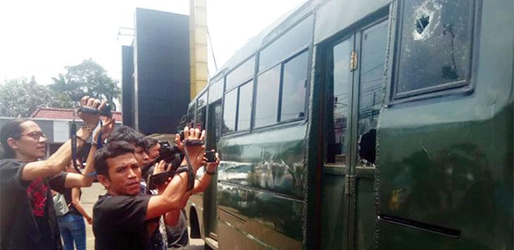 KACANYA HANCUR: Mobil milik TNI yang dilempar batu oleh oknum sekelompok pemuda di Jalan Proklamasi, Sukmajaya. Irwan/Radar Depok