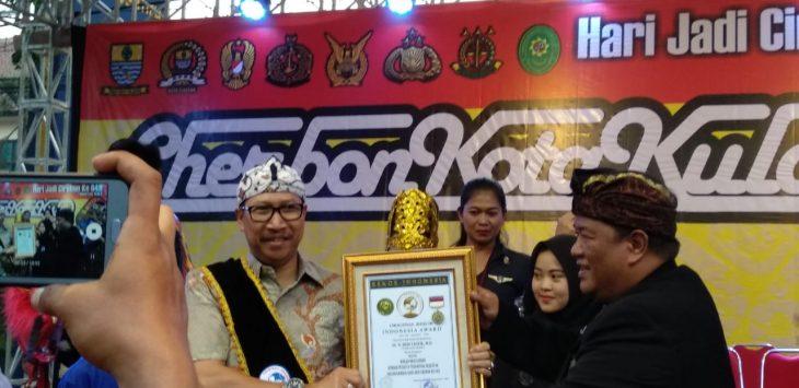 Pjs Wali Kota Cirebon Dedi Taufik saat menerima penghargaan duta seni dan pemerhati dari Original Rekor Indonesia./Foto: Alwi
