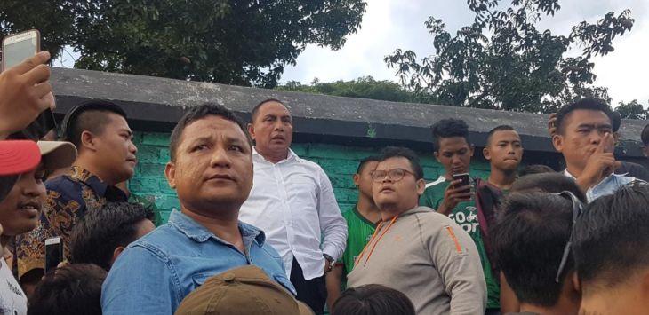 Ketua umum PSSI Pusat Edy Rahmayadi akhirnya menanggapi tudingan menampar suporter PSMS yang ditujukan padanya usai viralnya videonya di Stadion Teladan.  Itu terjadi ketika, Edy yang juga pembina PSMS dan Gubenur Sumatera Utara menyaksikan laga PSMS kontra Persela Lamongan, Jumat (21/9/2018) sore yang berakhir 3-2. Dia melihat flare menyala./Foto: Psu