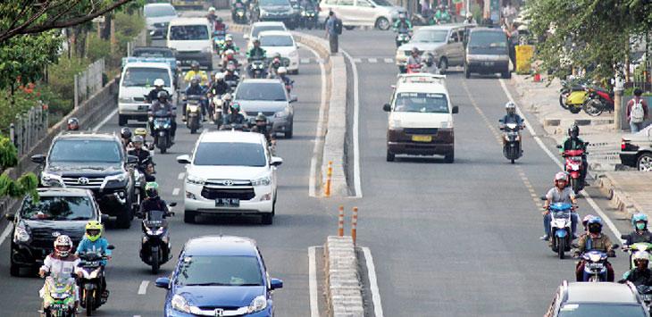 MASIH DALAM KAJIAN: Sejumlah kendaraan saat melintas di kawasan Jalan Margonda Raya, kemarin. Penerapan ganjil genap yang akan dilakukan di jalan tersebut, sampai saat ini masih dalam tahap pengkajian. AHMAD FACHRY/RADAR DEPOK