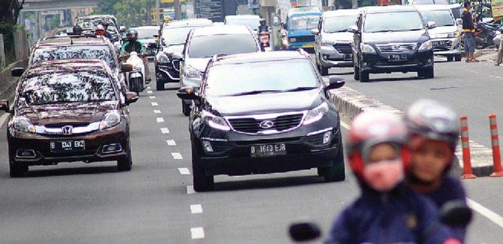 LALU-LALANG: Sejumlah kendaraan saat berlalu-lalang di kawasan Jalan Margonda Raya, minggu (23/09/18). Ahmad Fachry/Radar Depok