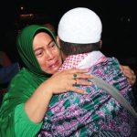Sejumlah jamaah haji asal Kota Depok tiba dengan selamat usai menunaikan ibadah haji di Halaman Balaikota Depok, Senin (24/9/18) malam. Ahmad Fachry/Radar Depok