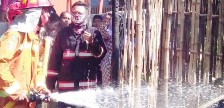 PADAMKAN API : Petugas pemadam kebakaran Purwakarta tengah memadamkan api yang membakar rumah Cucu di Desa Malang Nengah.
