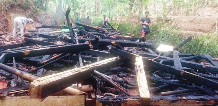 HABIS: Puing-puing rumah milik Icih (65), warga Kampung Cibentar, Desa Cianting, Kecamatan Sukatani, Kabupaten Purwakarta yang terbakar. Gani/Radar Karawang