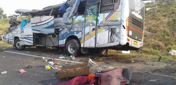 Badan bus rusak parah jatuh dari ketinggian di tol Ciledug, Jumat (14/9/2018). Kecelakaan tersebut diduga sang sopir mengantuk./Istimewa