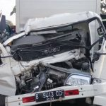 TRUK MAUT: Kondisi depan truk pengangkut helm bernomor polisi B 9443 CCF terlihat ringsek setelah terlibat kecelakaan di ruas tol Cipularang KM 84, Sukatani.