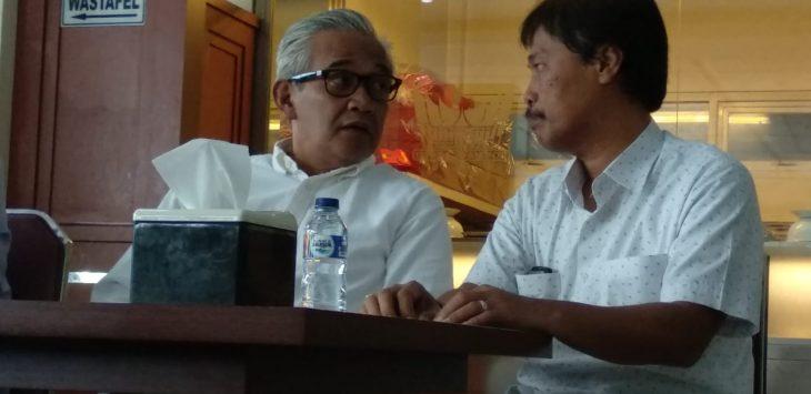 Bamunas S Boediman dan Eddo (OkE) saat diskusi di salah satu warung makan Kota Cirebon./Foto: Alwi