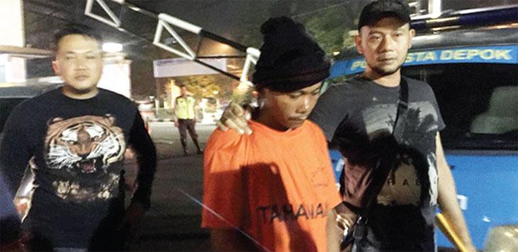 DIAMANKAN: Asep Maulana (38) pelaku perampokan dan pemerkosaan terhadap SF pembantu rumah tangga di Komplek IPTN, Kelurahan Harjamukti, Cimanggis malu dan menyesal saat dibawa ke Polresta Depok, Jumat (21/9) malam. Irwan/Radar Depok