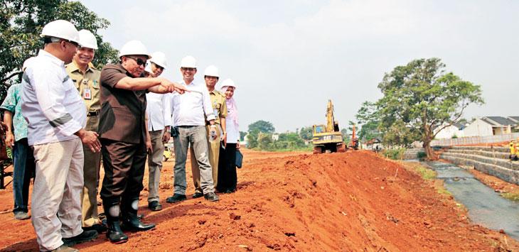 MENINJAU: Walikota Depok Mohammad Idris didampingi pejabat terkait saat meninjau pembangunan Alun-Alun Kota Depok yang berada di kawasan Grand Depok City, Senin (24/5/18). Ahmad Fachry/Radar Depok