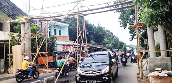 MEGAH: Pembangunan Gapura di Jalan Pemuda yang menjadi pusat heritage Kota Depok sedang dalam tahap pembangunan. RUBIAKTO/RADAR DEPOK