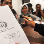Sejumlah warga Kabupaten Bogor tengah antre di Polres Kabupaten Bogor untuk membuat SKCK. Dari informasi yang didapat, SKCK didominasi para CPNS. RANGGA/METROPOLITAN