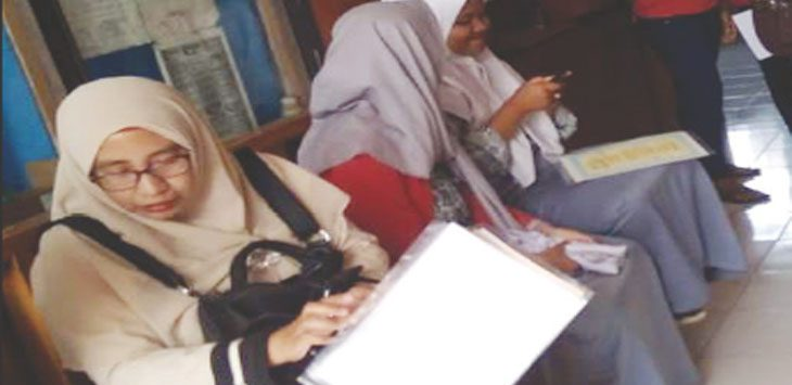 NUNGGU DIREKAM: Sejumlah ibu-ibu dan pelajar menunggu panggilan perekaman KTP elektronik di Kecamatan Kotabaru. ASEP SOPIAN/RADAR KARAWANG