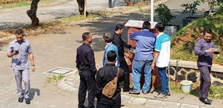 AROGAN: Developer Aruba Residence secara arogan memutus aliran listrik warga secara sepihak, akibatnya tujuh rumah di perumahan tersebut harus rela tidak teraliri listrik. RUBIAKTO/RADAR DEPOK